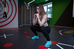 Mujer de la aptitud en gimnasio en gimnasio Foto de archivo