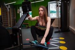 Mujer de la aptitud en gimnasio en gimnasio Imagenes de archivo