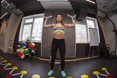Mujer de la aptitud en gimnasio en gimnasio Imagen de archivo libre de regalías