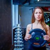 Mujer de la aptitud en gimnasio en gimnasio Imágenes de archivo libres de regalías