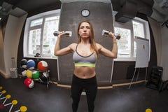 Mujer de la aptitud en gimnasio en gimnasio Fotografía de archivo