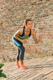 Mujer de la aptitud lista para correr al aire libre foto de archivo libre de regalías