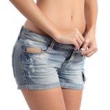 Mujer de la aptitud que abotona su concepto de la dieta de los pantalones cortos Fotos de archivo