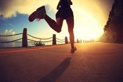 Mujer de la aptitud que corre en rastro de la playa de la salida del sol Fotografía de archivo