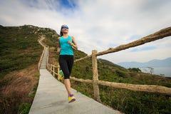 Mujer de la aptitud que corre en rastro de montaña Fotografía de archivo libre de regalías