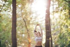 Mujer de la aptitud que hace durante entrenamiento Forma de vida sana Foto de archivo