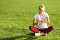 Mujer de la aptitud que hace ejercicios en el estadio de fútbol fotografía de archivo
