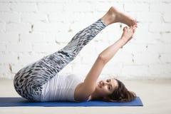 Mujer de la aptitud que hace ejercicios en la estera del deporte Imagen de archivo