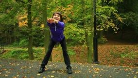 Mujer de la aptitud que hace el ejercicio al aire libre metrajes
