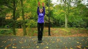 Mujer de la aptitud que hace el ejercicio al aire libre almacen de metraje de vídeo