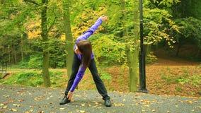Mujer de la aptitud que hace el ejercicio al aire libre almacen de video