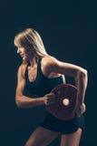Mujer de la aptitud que hace el entrenamiento del peso levantando pesos pesados Fotografía de archivo libre de regalías