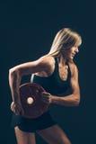 Mujer de la aptitud que hace el entrenamiento del peso por a de elevación Imágenes de archivo libres de regalías
