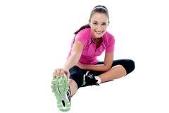 Mujer de la aptitud que hace estirando ejercicio Foto de archivo libre de regalías