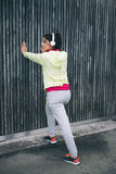 Mujer de la aptitud que hace la pierna que estira ejercicio Fotografía de archivo libre de regalías