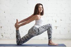 Mujer de la aptitud que hace los ejercicios para los flexores de la cadera Imagen de archivo