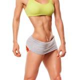Mujer de la aptitud que muestra el ABS y el vientre plano Mujer muscular atractiva Imagen de archivo libre de regalías