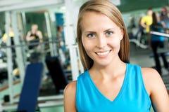 Mujer de la aptitud que se coloca en el gimnasio fotografía de archivo libre de regalías