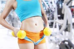 Mujer de la aptitud que se resuelve con pesa de gimnasia Imagen de archivo libre de regalías
