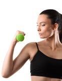 Mujer de la aptitud que se resuelve con pesa de gimnasia verde Imagenes de archivo