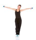 Mujer de la aptitud que se resuelve con pesas de gimnasia Imágenes de archivo libres de regalías
