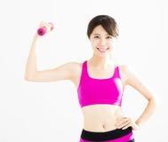 Mujer de la aptitud que se resuelve con pesas de gimnasia Imagen de archivo libre de regalías