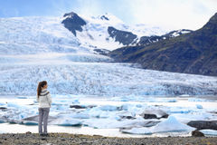 Mujer de la aventura por la naturaleza del glaciar en Islandia Fotos de archivo libres de regalías