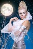 Mujer de la belleza bajo la luna Imagenes de archivo