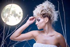Mujer de la belleza bajo la luna Fotos de archivo libres de regalías