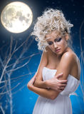 Mujer de la belleza bajo la luna Fotografía de archivo libre de regalías