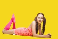 Mujer de la belleza como el adolescente puesto en amarillo Fotos de archivo libres de regalías