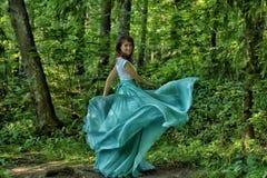 Mujer de la belleza con el vuelo del vestido imagenes de archivo