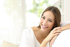 Mujer de la belleza con la sonrisa blanca en casa