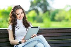 Mujer de la belleza con la tableta Imagen de archivo