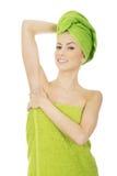 Mujer de la belleza con la toalla del turbante Imagenes de archivo