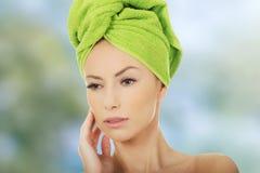 Mujer de la belleza con la toalla del turbante Foto de archivo libre de regalías