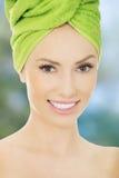 Mujer de la belleza con la toalla del turbante Imágenes de archivo libres de regalías