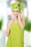 Mujer de la belleza con la toalla del turbante Fotos de archivo