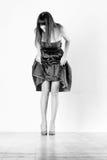Mujer de la belleza con las piernas bien proporcionadas Imágenes de archivo libres de regalías