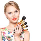 Mujer de la belleza con los cepillos del maquillaje Imagen de archivo libre de regalías