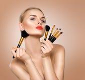 Mujer de la belleza con los cepillos del maquillaje Foto de archivo