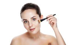Mujer de la belleza con los cepillos del maquillaje Maquillaje natural para la morenita Wo Fotos de archivo libres de regalías