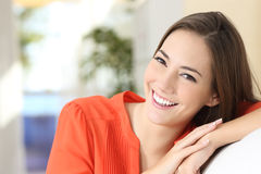 Mujer de la belleza con los dientes blancos perfectos y sonrisa Foto de archivo libre de regalías