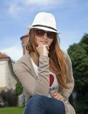 Mujer de la belleza con los vidrios retros y el sombrero blanco Fotografía de archivo libre de regalías