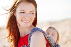 Mujer de la belleza con un bebé en una honda Mama y bebé Madre y ch Fotografía de archivo