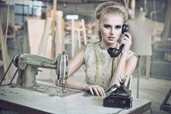 Mujer de la belleza con un teléfono fotografía de archivo libre de regalías