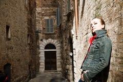 Mujer de la belleza contra la pared vieja Foto de archivo