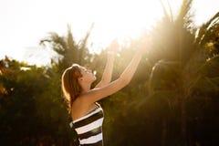 Mujer de la belleza de la playa de la salud del balneario que se relaja y baño de sol en la playa Modelo femenino joven sereno y  fotografía de archivo libre de regalías