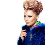 Mujer de la belleza en abrigo de pieles azul Foto de archivo