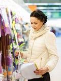 Mujer de la belleza en alameda de compras Imágenes de archivo libres de regalías
